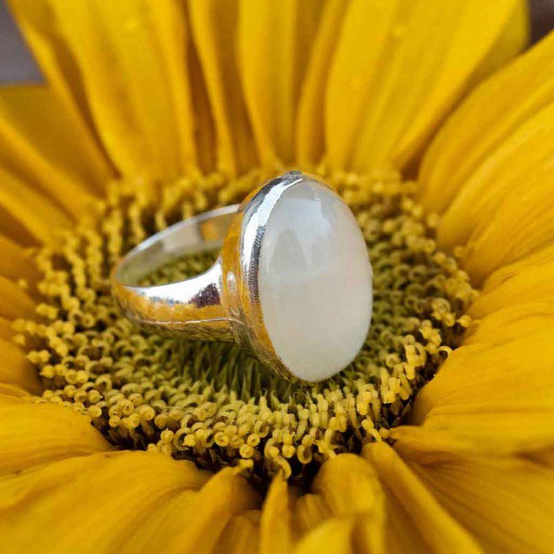 lempi sormus valkoisella kivellä