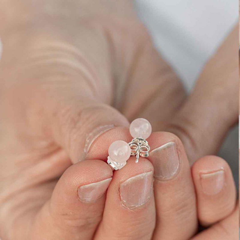 vaaleanpunaiset helmikorvakorut
