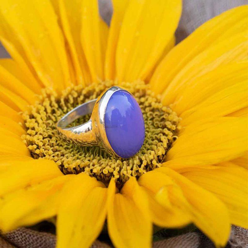 hopeasormus sinivioletilla kivellä