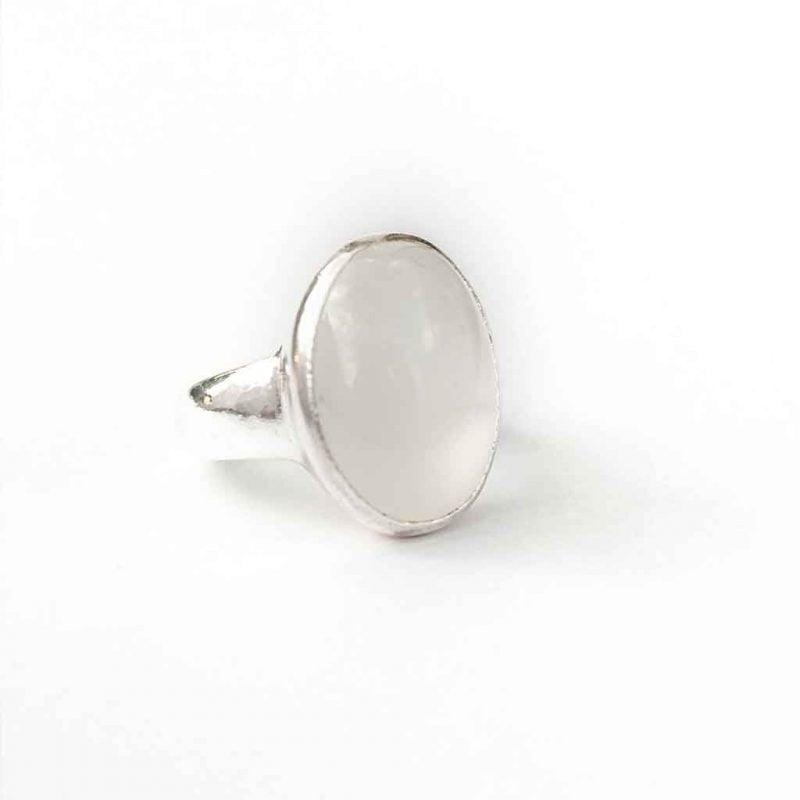 hopeasormus valkoisella kivella